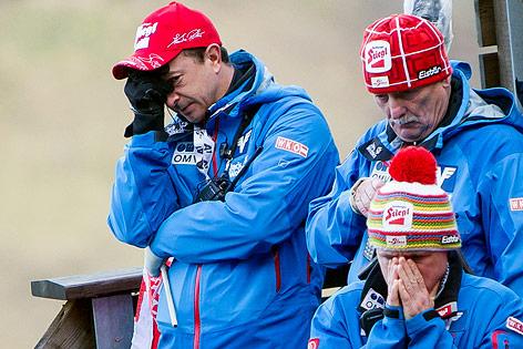 Reaktion von Cheftrainer Alexander Poitner, Trainer Ernst Wimmer und Co-Trainer Alexander Diess beim Sturz von Thomas Morgenstern