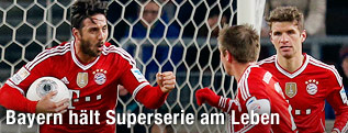 Claudio Pizarro (Bayern) jubelt