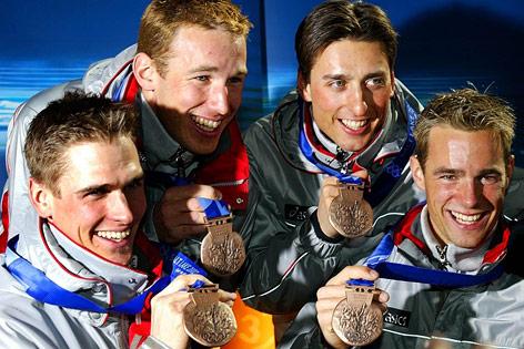 Felix Gottwald, Christoph Bieler, Mario Stecher und Michael Gruber präsentieren am 17.02.02 im Österreich-Haus in Salt Lake City ihre Bronze-Medaillen