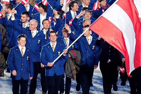 Andreas Linger trägt die österreichische Fahne bei der Eröffnung der Olympischen Winterspiele von Vancouver