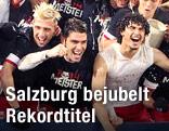 Salzburg-Spieler feiern den erreichten Meistertitel