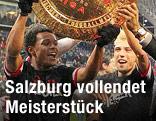 Salzburg-Spieler feiern mit einer Meisterteller-Attrappe