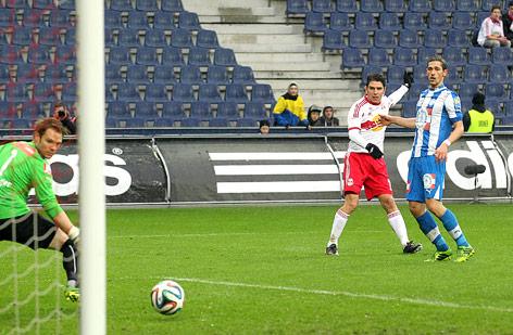Thomas Vollnhofer (Wr. Neustadt) und Torschütze Jonatan Soriano (Salzburg) beim 2:0