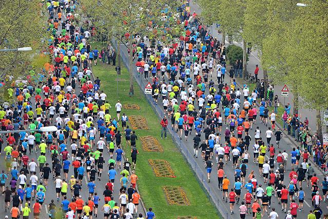 Marathonläufer auf einer Allee