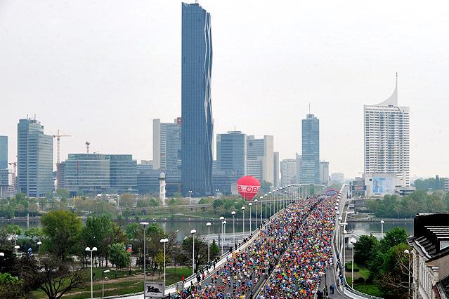 Marathonläufer auf der Wiener Reichsbrücke