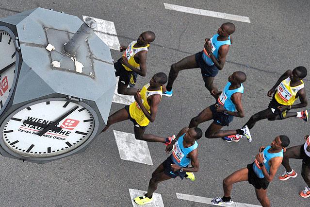 Die Spitzengruppe des Wien Marathons läuft an einer Würfeluhr vorbei