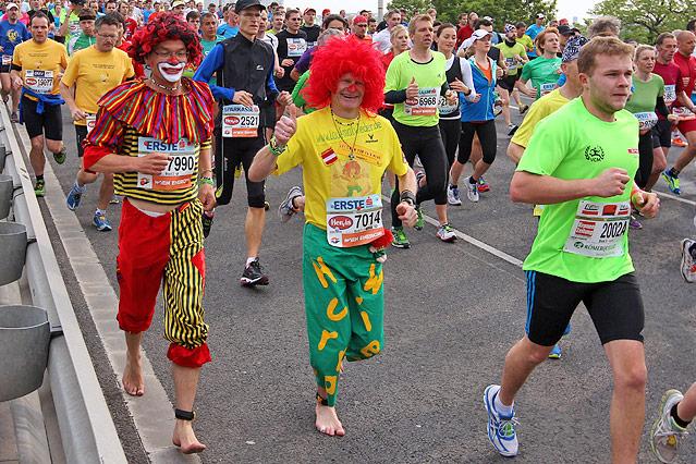 Als Clowns verkleidete Marathonläufer