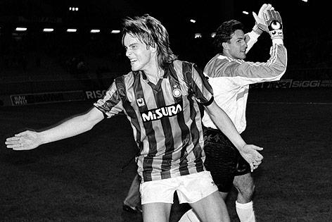 Die Rapid-Spieler Jan Age Fjörtoft und Michael Konsel jubeln nach einem Sieg über Inter Mailand