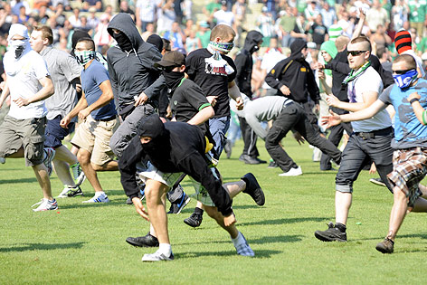 Vermummte stürmen das Spielfeld des Hanappi-Stadions