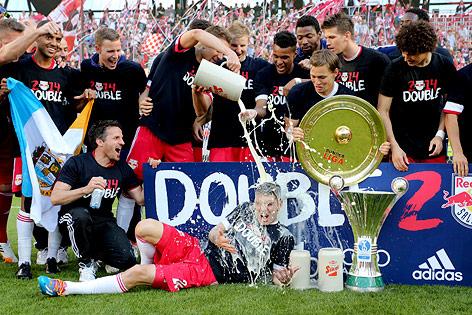Salzburg-Spieler mit Meisterteller,und ÖFB-Cup-Trophäe bei der Bierdusche
