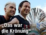 Kevin Kampl und Salzburg-Trainer Roger Schmidt mit ÖFB-Cup-Trophäe