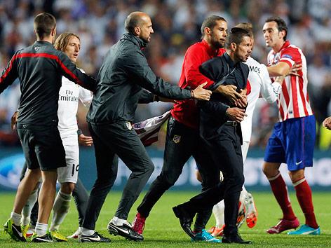 Atletico coach Diego Simeone wird vom Atletico-Stab zurückgehalten