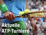 Tennisspieler mit Schläger und Bällen