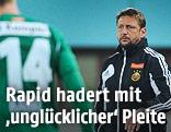 Rapid-Trainer Zoran Barisic, daneben unscharf im Vordergrund Florian Kainz  (Rapid)