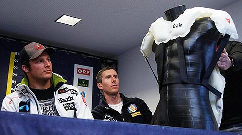 Aksel Lund Svindal (NOR) und Werner Heel (ITA) betrachten den Airbag