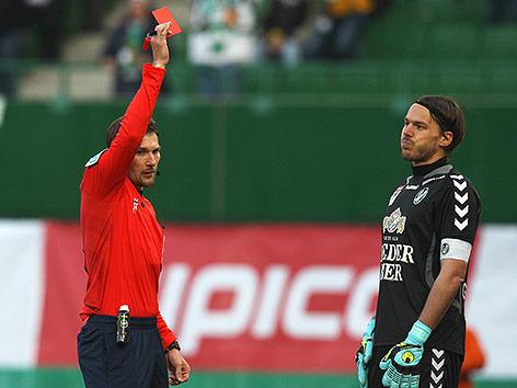 Schiedsrichter Dominik Ouschan zeigt Thomas Gebauer (Ried) die Rote Karte