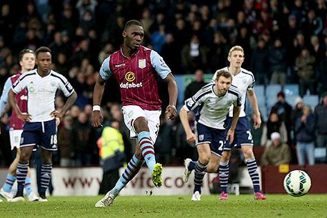 Aston Villas Christian Benteke schießt ein Elfmetertor gegen West Bromwich