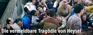 Menschen auf einer Tribüne des ehemaligen Heysel Stadions