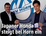 Horns Obmann-Stellvertreter Rudolf Laudon und Youji Honda