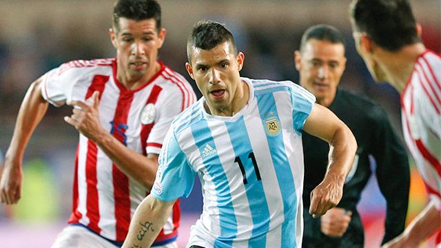 Sergio Aguero (Argentinien) gegen einen paraguayischen Spieler