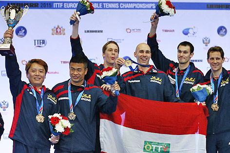 ÖTTV-Spieler mit Medaillen und dem EM-Pokal