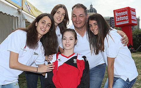 Vanessa Sahinovic, Thomas Unger (OEV), Vasiliki Alexandri, Anna Maria und Eirini Alexandri beim Tag des Sports