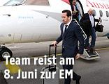 Christian Fuchs steigt aus einem Flugzeug