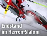 Skier und Slalomstange