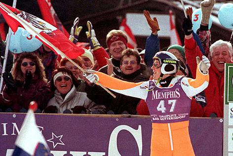 Andreas Goldberger jubelt mit Fahne nach WM-Sieg auf dem Kulm 1996