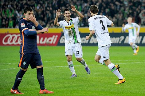 Enttäuschter Zlatko Junuzovic (Bremen) neben jubelnden Gladbachern Lars Stindl und Andreas Christensen