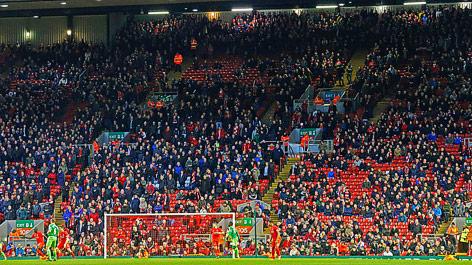 Fans verlassen eine Tribüne im Stadion von Liverpool