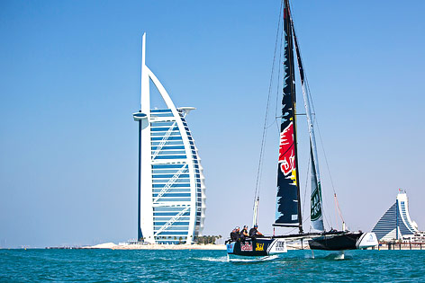 Doppelolympiasieger präsentieren Foiling-Katamaran vor Burj Al Arab
