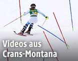 Skifahrerin während eines Slaloms