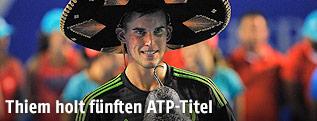 Dominic Thiem mit Pokal und Sombrero