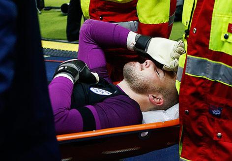 Englands Nationaltorwart Jack Butland wird auf einer Trage vom Spielfeld getragen
