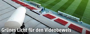 Eine auf ein Fußballfeld gerichtete Kamera