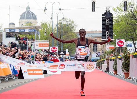 Robert Kwemoi Chemosin überquert die Ziellinie beim Vienna City Marathon