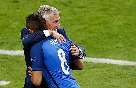 Dimitri Payet (FRA) mit Teamchef Didier Deschamps (FRA)