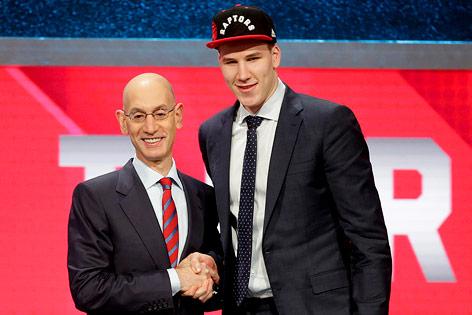 Jakob Pöltl neben NBA-Commissioner Adam Silver beim Draft
