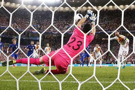 Kroatiens Goalie Danijel Subasic hält den Elfmeter von Sergio Ramos (ESP)