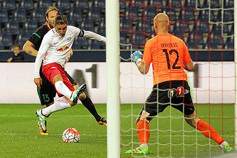 Jonatan Soriano (RB Salzburg) gegen Kaspars Gorkss und Pavels Dorosevs (FK Liepaja)
