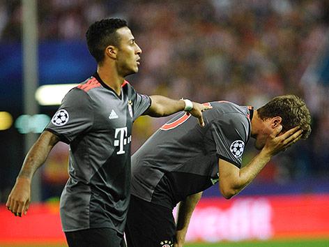 Thiago Alcantara und Thomas Müller (Bayern) enttäuscht