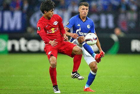 Takumi Minamino (Salzburg) und Alessandro Schöpf (Schalke)