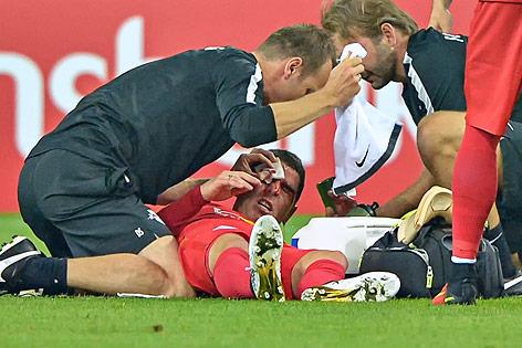 Ein verletzter Jonathan Soriano (Salzburg) auf dem Rasen