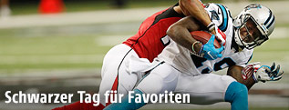 Eric Weems (Falcons) mit einem Tackle gegen Ted Ginn (Panthers)
