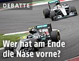 Zwei Mercedes auf einer Formel-1-Strecke