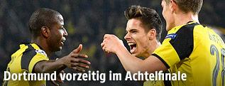 Adrian Ramos (Dortmund) jubelt mit Mitspielern