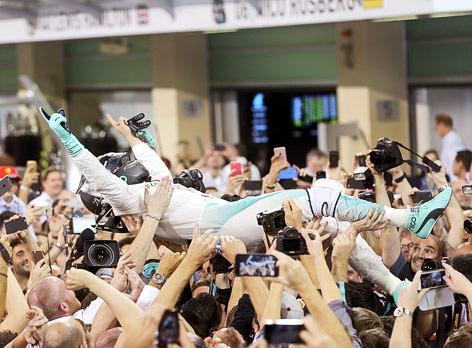 Nico Rosberg (Mercedes) wird auf Händen getragen