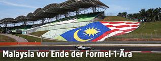 Formel-1-Auto vor Tribühne