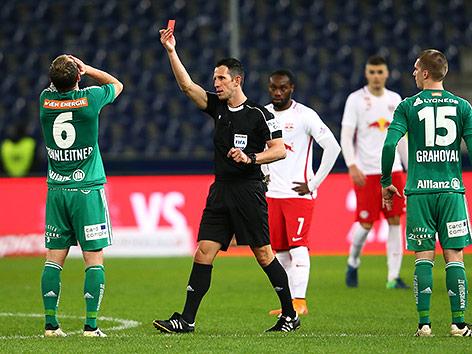 Schiedsrichter Alexander Harkam und Mario Sonnleitner (Rapid)